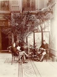 Gustave Eiffel et Adolphe Salles lisant dans le salon, jardin couvert du Clos des Bruyères (Anonyme) - Muzeo.com