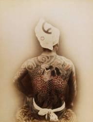 Homme tatoué avec un motif de samouraï dans le dos (Michael Maslan) - Muzeo.com