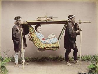 Geisha japonaise transportée dans une litière (Kusakabe Kimbei) - Muzeo.com