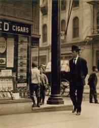 Jeune vendeur de journaux reclamant des coupons de tabac (Hine Lewis Wickes) - Muzeo.com