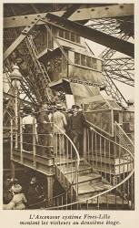 La Tour Eiffel - L'Ascenseur système Fives-Lille montant les visiteurs au deuxième étage (Neurdein Frères) - Muzeo.com