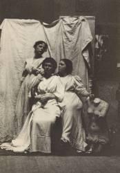 Les cousines Cook en costume antique dans le studio d'Eakins (Thomas Eakins) - Muzeo.com