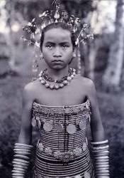 Portrait d'une fille dayak avec un corset perlé (Robert Shelford) - Muzeo.com