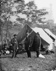 Abraham Lincoln avec Allan Pinkerton et le Major Général John A. McClernand (Alexander Gardner) - Muzeo.com
