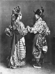 Acteurs chinois de dos (John Thomson) - Muzeo.com
