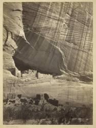 Anciennes ruines dans le Canyon de Chelly, N.M., dans une niche à 50 pieds au-dessus du sol (Timothy O'Sullivan) - Muzeo.com