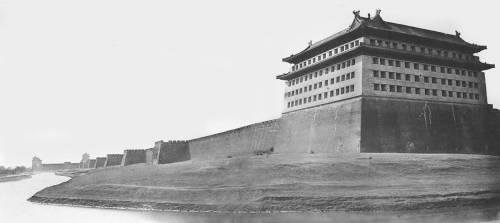Angles Nord et Est des remparts de Pékin (Felice Beato) - Muzeo.com