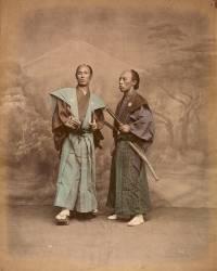 Deux hommes en costume traditionnel, samouraï (Stillfried & Andersen) - Muzeo.com