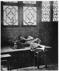 Fumeur d'Opium (John Thomson) - Muzeo.com