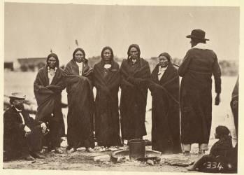 Tashunkakokip (Vieil homme effrayé par ses chevaux) et ses chefs (Alexander Gardner) - Muzeo.com