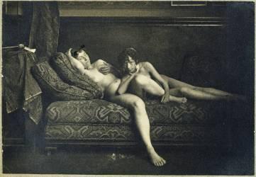 Deux femmes nues allongées sur un canapé (Carabin François-Rupert) - Muzeo.com