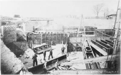 Fondations de la Tour : ouvriers au travail sur les caissons (Durandelle Louis-Emile) - Muzeo.com