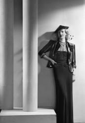 Robe du couturier parisien Worth, octobre 1937. - produit fini (Laure Albin-Guillot) - Muzeo.com