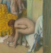 Femme à la toilette, essuyant son pied gauche (Degas Edgar) - Muzeo.com