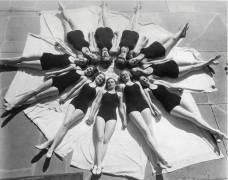 Femmes allongées au soleil, années 1940-1950 (anonyme) - Muzeo.com