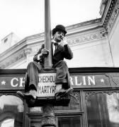 Fernand Raynaud, habillé comme Charlie Chaplin (anonyme) - Muzeo.com