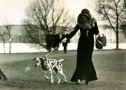 Portrait d'une dame avec un Dalmatien en laisse (Schaffrath Uwe) - Muzeo.com