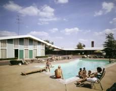Près de la piscine à Howard Johnson's (anonyme) - Muzeo.com