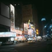 SEVENTIES. NEW YORK. VIEW OF BROADWAY BY NIGHT (KEYSTONE-FRANCE) - Muzeo.com