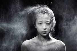 Jeune femme asiatique couverte de poudre (Zhenikeyev Arman) - Muzeo.com