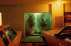 Deux voitures devant un motel (Carroll Patty) - Muzeo.com