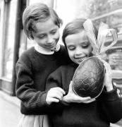 Enfants avec un œuf en chocolat pour Pâques (anonyme) - Muzeo.com