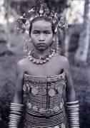 Portrait d'une fille dayak avec un corset perlé (Shelford Robert) - Muzeo.com