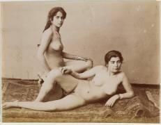 Deux algériennes nues allongées sur un tapis (Sebah Pascal) - Muzeo.com
